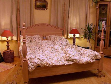 Bett mit Gedrechselte Saeulen 003